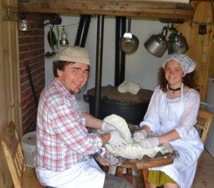Ranja og Lillebror Vasaasen i gang med pultostproduksjon
